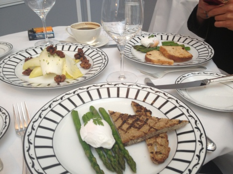 A CHIC PLATE OF ASPARAGUS, SOURDOUGH AND DUCK EGG (LOVING THE CROCKERY TOO).
