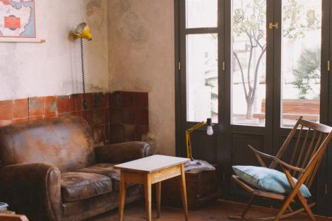 CASUAL AND COMFORTABLE SEATING FOR CHIILLING BARCELONA STYLE